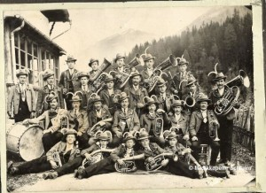 1924: Musikkapelle Schmirn in ihrer ursprünglichen, grauen Tracht